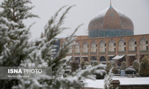 ترک مرمت شده گنبد مسجد شیخ لطف الله سفیدپوش نشد، فریبا خطابخش: بخش مرمت شده مسطح است و برف روی آن نمی ماند