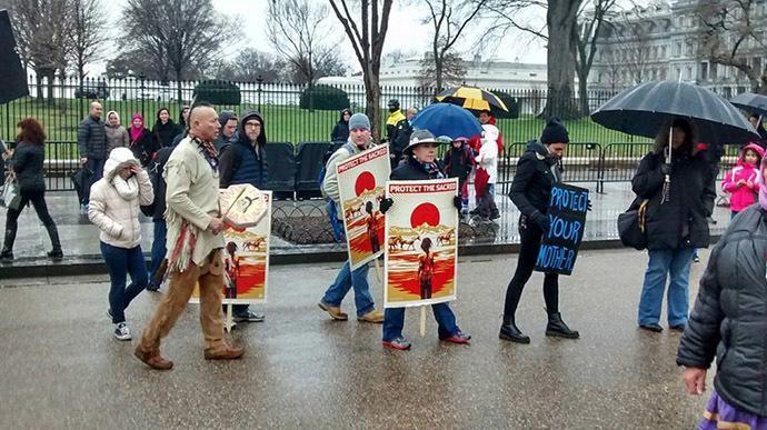 تجمع بومی های آمریکا در مقابل کاخ سفید در اعتراض به احداث خط لوله نفت کانادا-آمریکا