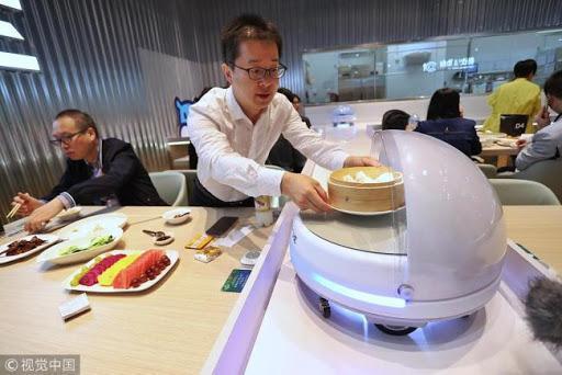 سرو غذای مشتریان با گارسون روباتیک