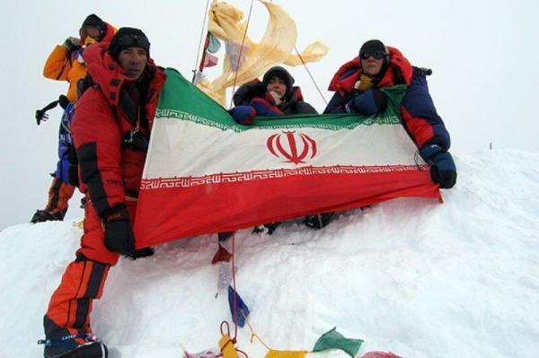 خبرنگاران پرچم پر افتخار جمهوری اسلامی ایران بر فراز دماوند به اهتزاز در می آید